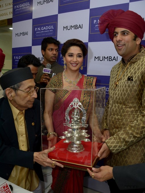 madhuri-dixit-inaugurates-pn-gadgil-jewelers-new-showroom-31
