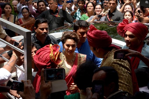 madhuri-dixit-inaugurates-pn-gadgil-jewelers-new-showroom-32