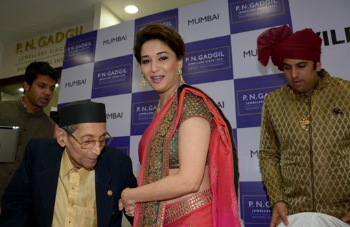 madhuri-dixit-inaugurates-pn-gadgil-jewelers-new-showroom-33