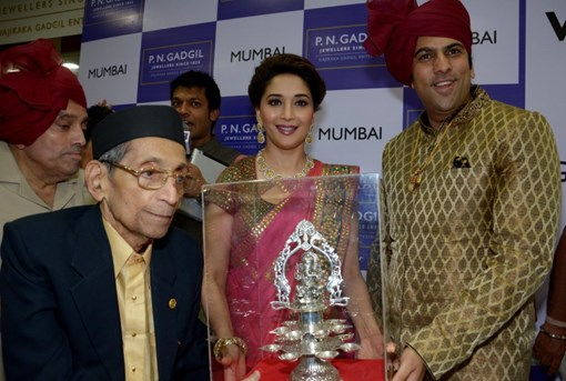 madhuri-dixit-inaugurates-pn-gadgil-jewelers-new-showroom-35