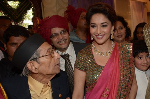 madhuri-dixit-inaugurates-pn-gadgil-jewelers-new-showroom-36